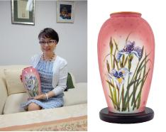 ジュディ・オング作 香蘭社「聴春花瓶」